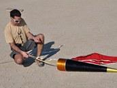 Deville skládá do špičky rakety padák.