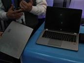 Maketa 20hodinového notebooku. Baterie se připne na spodní hranu notebooku (zde