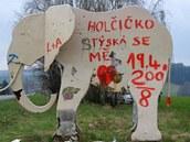 Fanoušci pardubického hokejového klubu přetřeli poutač na zoo ve Dvoře Králové,