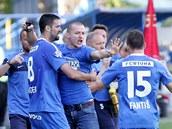 OSTRAVSKÁ RADOST. Fotbalisté Ostravy se radují ze vstřeleného gólu. Uprostřed