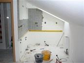 Rekonstrukce kuchyňského koutu. Nad pracovní desku chtěla majitelka dlaždičky.