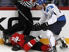 ROZHOD��MU U NOHOU. �v�carsk� hokejista Kevin Romy se po ataku Fina Joonase
