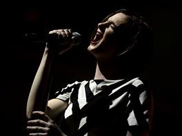 Noémie Wolfsová při koncertu Hooverphonic v pražské Lucerně (5. května 2012)
