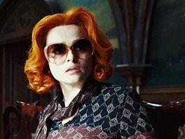 Helena Bonham Carterová (vpravo) ve filmu Temné stíny