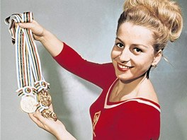 Věra Čáslavská se zlatými medailemi z olympijských her v Tokiu 1964.