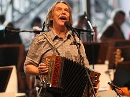 Jarek Nohavica na jedin� zkou�ce s filharmoniky p�ed koncertem v b�val�m