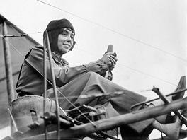 Belgičanka Hélene Dutrieu za řízením letounu