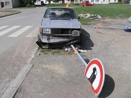 Řidič kradené škodovky nezvládl smyk a srazil tři značky. Pak z místa raději