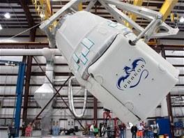 Modul Dragon společnosti SpaceX před připojením k raketě Falcon 9