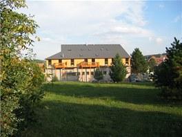 Bytový dům stojí na okraji Hradce Králové v krásné lokalitě plné lesů a