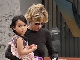 Americk� here�ka Meg Ryanov� se svou adoptovanou dcerou ��nsk�ho p�vodu Daisy