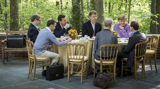 Summit G8 v Camp Davidu. Ruský premiér Dmitrij Medveděv (zcela vpravo) jedná s