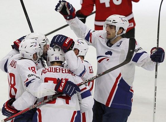 Francouz�t� hokejist� oslavuj� vst�elen� g�l do branky �v�carska.