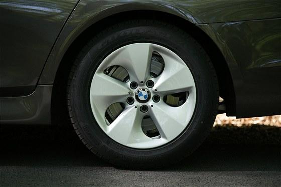 Speciální ráfky pro BMW řady 5 mají originální tvar vylepšující aerodynamiku.