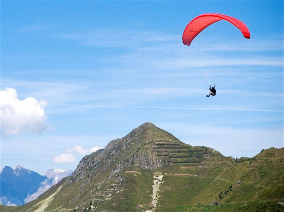 Paraglidist nad stediskem Verbier