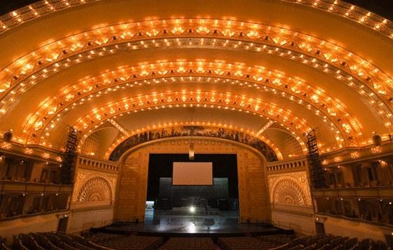 Hlediště divadla poprvé zavrhlo tradiční půdorys ve tvaru koňské podkovy.