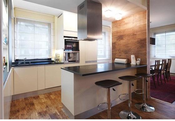 Kuchyň v čistých liniích je komfortně vybavena spotřebiči značky Miele