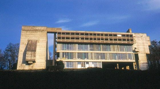 Do údolí je stavba obrácena pěti podlažími.