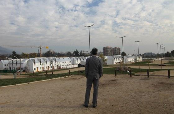 Chilský architekt Alejandro Aravena se dívá na své dílo: 150 rodinných domů o