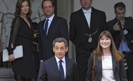 Bývalý francouzský prezident Nicolas Sarkozy a jeho manželka Carla. V pozadí