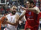 Vassilis Spanoulis z Olympiakosu (vlevo) se sna pejt pes brncho Nenada