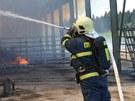 Plameny zcela zničily skladovací halu na seno i samotné uskladněné krmení pro