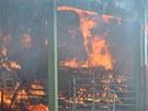 V době příjezdu prvních jednotek hasičů na místo požáru už oheň zasáhl většinu