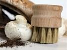 Praktický kartáček na čištění hub v kuchyni s kančími štětinami