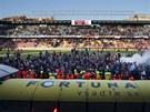 Po skončení utkání se hrací plocha zaplnila sparťanskými fanoušky, kteří se