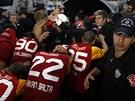 Fotbalisté Galatasaray Istanbul se po vyhraném zápase proti Fenerbahce utíkají