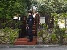 Protikorupční policisté stojí před domem Davida Ratha (ČSSD) ve středočeské