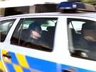 Policist� odv�ej� Davida Ratha (vlevo) od jeho domu ve st�edo�esk� Hostivici