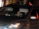 David Rath sed� v policejn�m aut� ve�er po sv�m zadr�en� (15. kv�tna 2012)