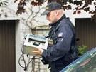Policista p�in�� do Rathova domu po��tadlo na pen�ze, aby vy�et�ovatel�