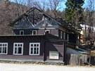 Ruina vyhořelého hotelu Hubertus hyzdila Karlovu Studánku osm let. (14. května