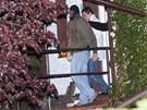 David Rath v doprovodu policist� odch�z� ze sv�ho domku v Hostivici.