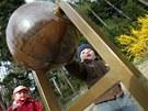 Součástí zahrady je například koule naplněná šiškami, které po roztočení