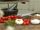 Větvičky rajčátek, česnek, tymián, sůl, pepř a čerstvou petrželku potřebujete...