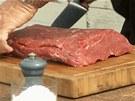 Na steaky kupte kus odleželého vysokého roštěnce, pěkně ho očistěte a...