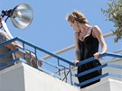 Eva Herzigov pzuje na balkon hotelu Martinez
