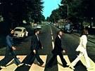 Klasická fotografie Beatles na přechodu Abbey Road, která je na obalu
