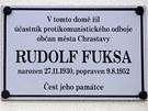 Cedulka p�ipom�naj�c� Rudolfa Fuksu vis� na budov� �esk� spo�itelny v Chrastav�.
