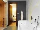 Pohodlná a prostorná hydromasážní vana Form (Laufen) je přisazená ke stěně a