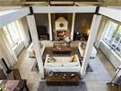 Hlavní obytné místnosti dominují dřevěné trámy natřené na bílo a monumentální