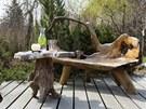 """Přírodní """"dámský budoár"""" v podobě originální lavice a stolku z kořenů teaku"""