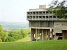 Le Corbusier si mohl vybrat, kam stavbu umístí.