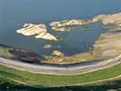 Zatápění povrchového dolu lomu Medard na Sokolovsku, na leteckém snímku jsou