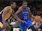 Kevin Durant (vpravo) z Oklahoma City obch�z� Mettu World Peace z LA Lakers.