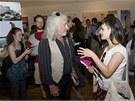 Americký architekt Michael Reynolds s návštěvníky během zahájení své výstavy v