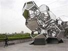 Více než 16 metrů vysoký objekt argentinského umělce Tomáse Saracena tvoří 16